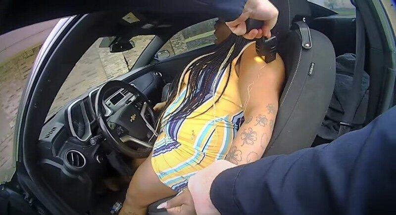 Негритянка накинулась с пистолетом на полицейского и поплатилась самым ценным