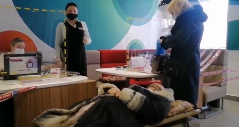 Суперсервис: пенсионерку принесли в банк на носилках