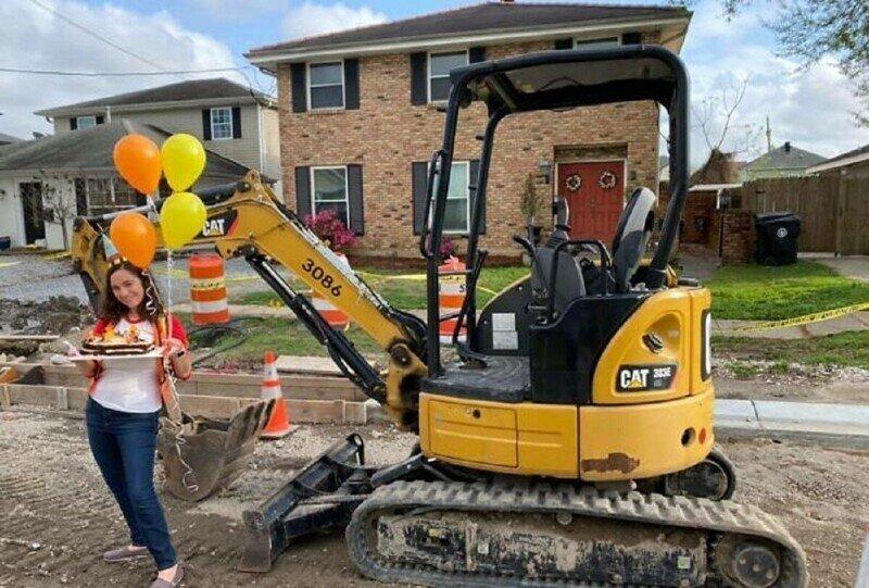 Жительница Нового Орлеана отметила годовщину ремонта дороги