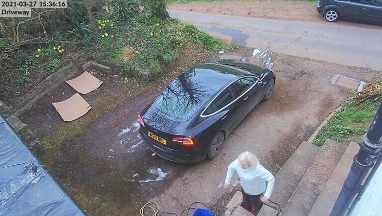 В Англии женщина, мывшая машину, провалилась под землю