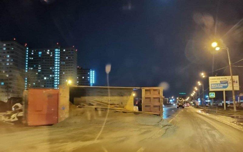 Авария дня. В Краснодаре таксист завалил на бок самосвал