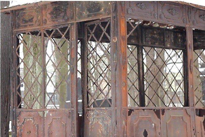 Время не пощадило «Беседку Брата», но живые скинулись на реставрацию склепа