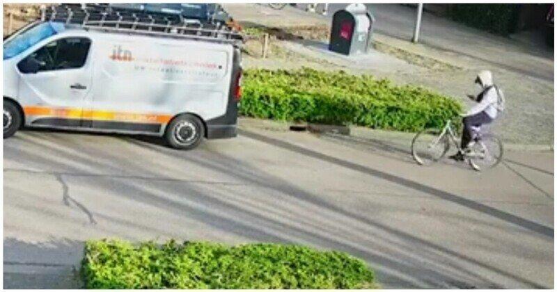 Залипший в телефон велосипедист врезался в припаркованный автомобиль
