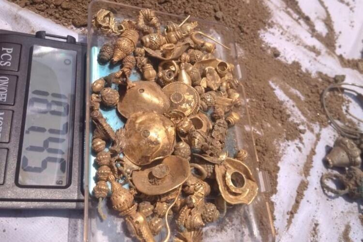 Мужчина из Индии нашел клад с драгоценностями на своем участке