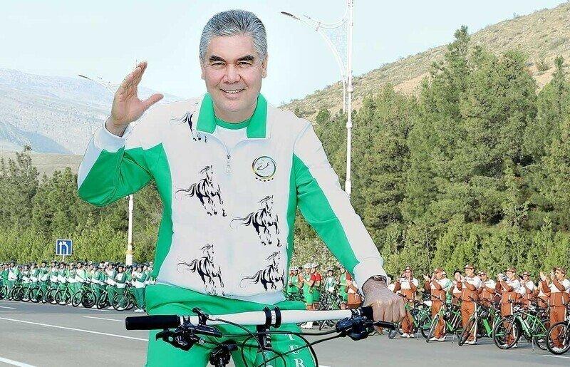 Президент Туркмении возглавил колонны  чиновников и силовиков на веломарафоне по Ашхабаду