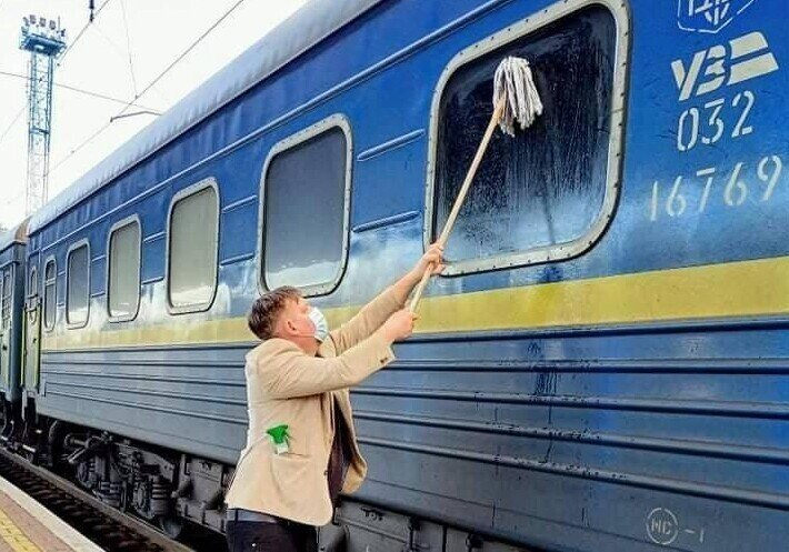 На Украине датчанин приобрёл швабру, чтобы отмыть грязное окно своего купе в поезде