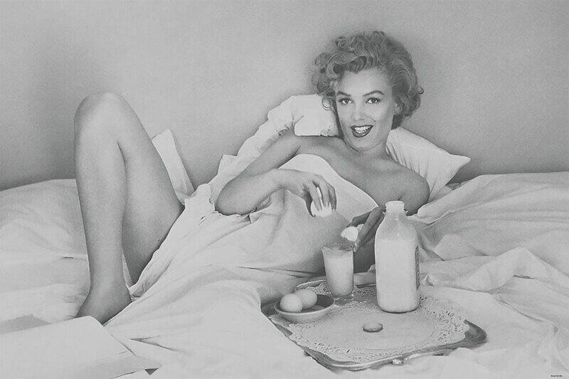Игривые фотографии Мэрилин Монро, завтракающей в постели