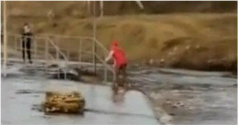 В Башкирии девочку на роликах чуть не смыло сильным потоком воды