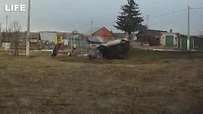 Пьяный лихач в Татарстане на полном ходу вылетел с дороги и снёс детскую площадку