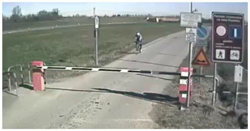 Невнимательный велосипедист не заметил шлагбаум