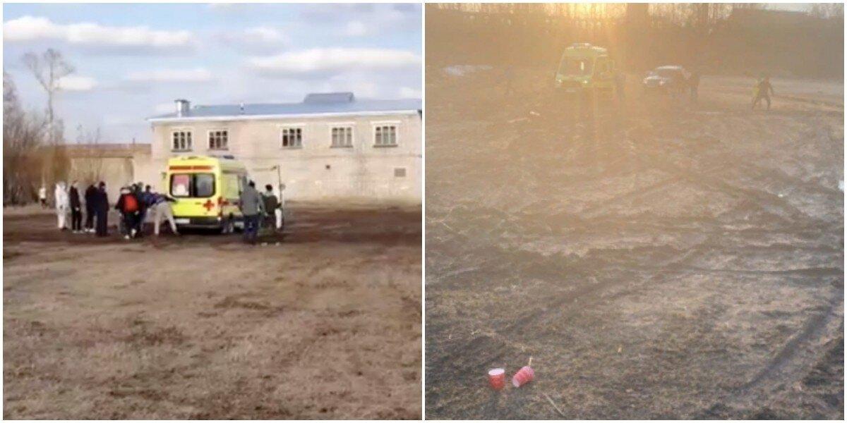 В Тверской области футбольные фанаты вытолкали скорую помощь из грязи, но она всё равно застряла