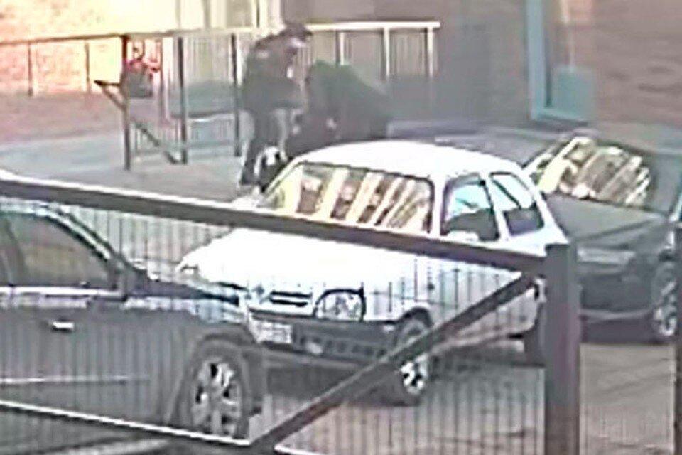 В Барнауле девушка, спасаясь отнасильников, выпрыгнула изокна ипопала навидео