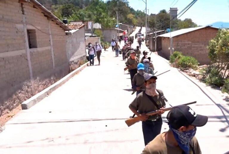 В Мексике дети взялись за оружие, чтобы противостоять наркокартелю