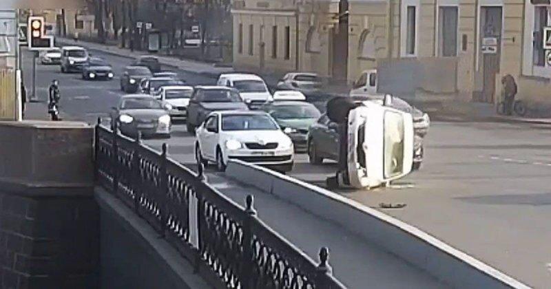 И смех и грех: водитель каршеринга опрокинулся на бок
