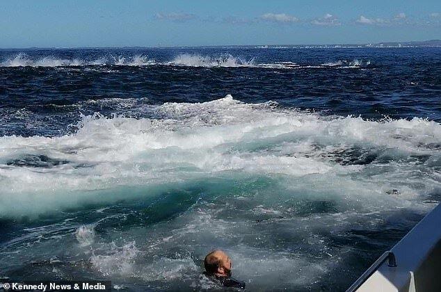 Мужчина вывалился за борт, при столкновении катера с китом и едва не был проглочен последним