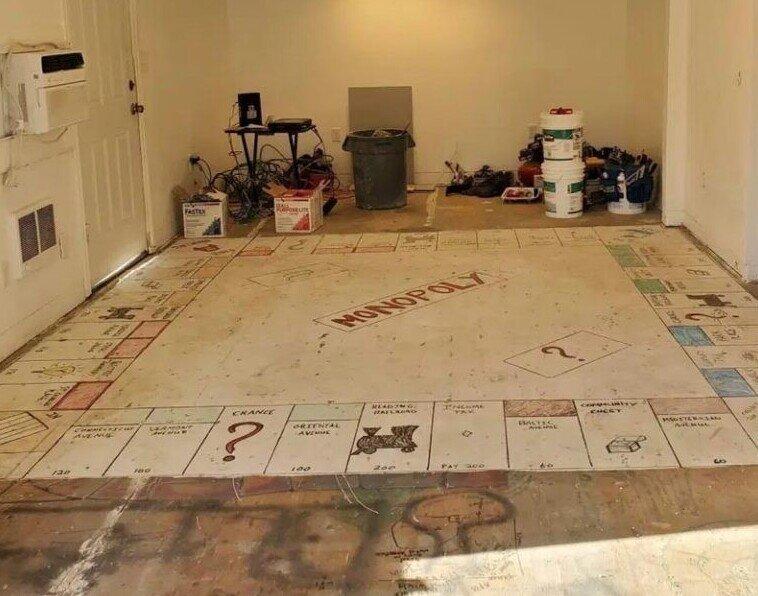 Семья убрала старый ковер и нашла под ним игру «Монополия»