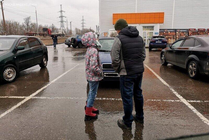 К мужу возле магазина подошла плачущая девочка
