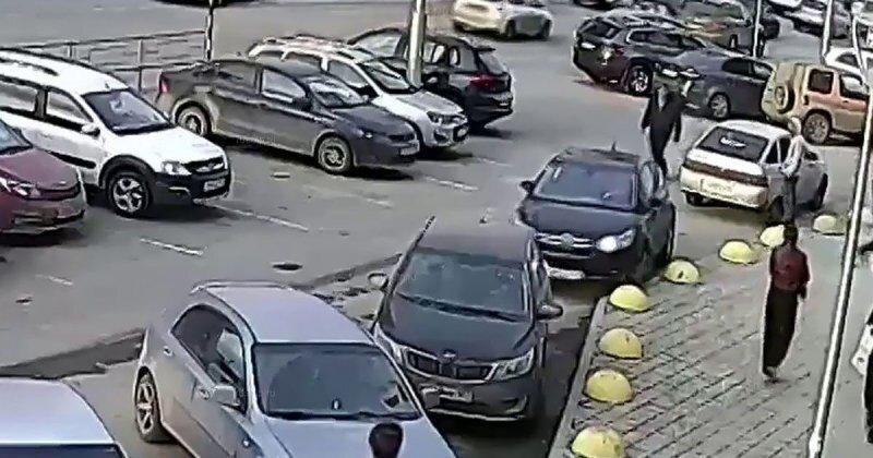 Дамочка перепутала педали на парковке одного из торговых центров Уфы