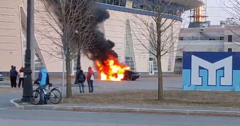Дрифт с огоньком из Петербурга: «гонщик» не смог потушить свой автомобиль