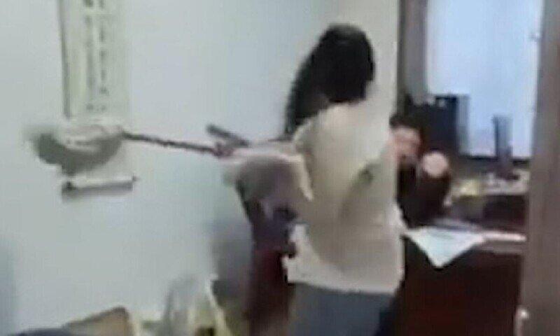 Китаянка избила своего босса шваброй за приставания