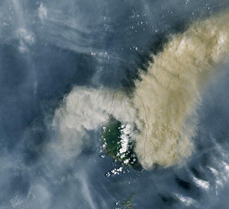 Извержение карибского вулкана Суфриер. Фото NASA