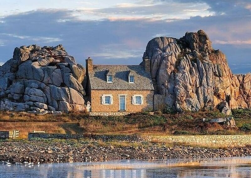 Дом между скалами