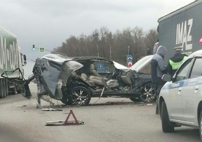 Авария дня. Внедорожник влетел в фуру в Калужской области