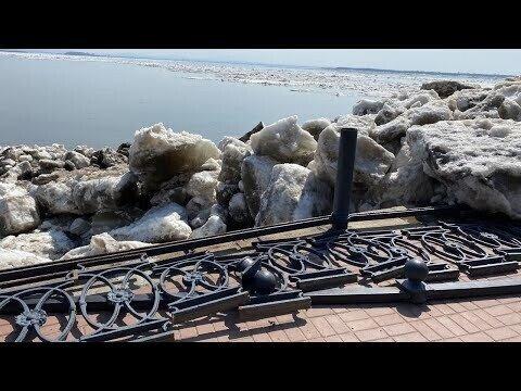 Лед снес ограждение на набережной в Хабаровске