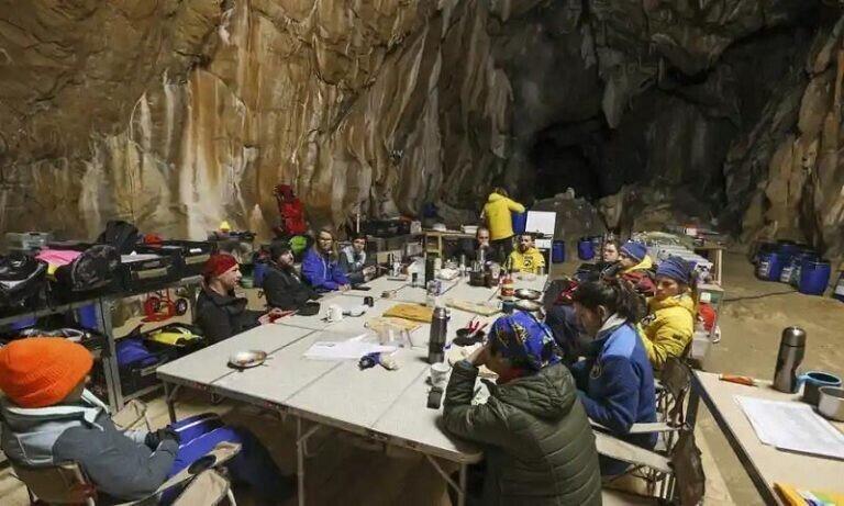 15 добровольцев, находившиеся 40 дней без дневного света в пещере, вышли на поверхность