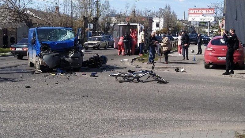 Авария дня. Мотоциклисты перелетели через фургон