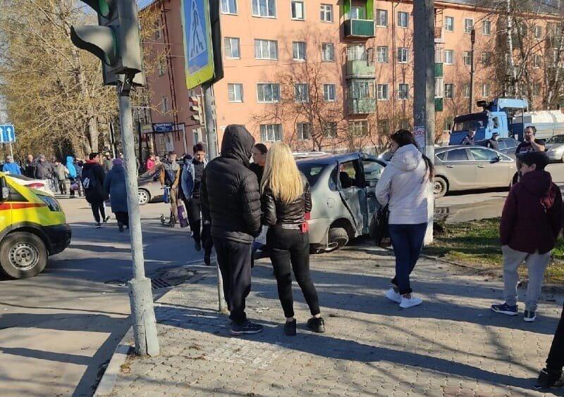 Авария дня. «Калину» после ДТП отбросило на пешеходов с ребенком