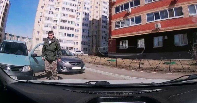 Автомобилистка из Оренбурга поставила машину поперек дороги и отказалась отъезжать