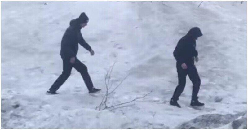 В Норильске парни попали в ловушку из рыхлого снега
