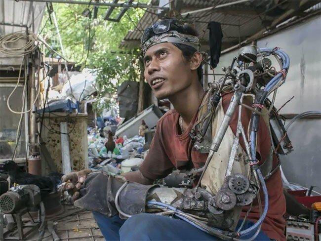 Индонезийский мужчина сделал «бионическую руку» из металлолома