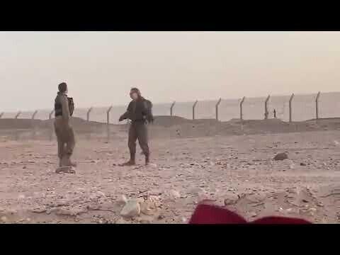Египетские и израильские военнослужащие танцуют по обе стороны границы