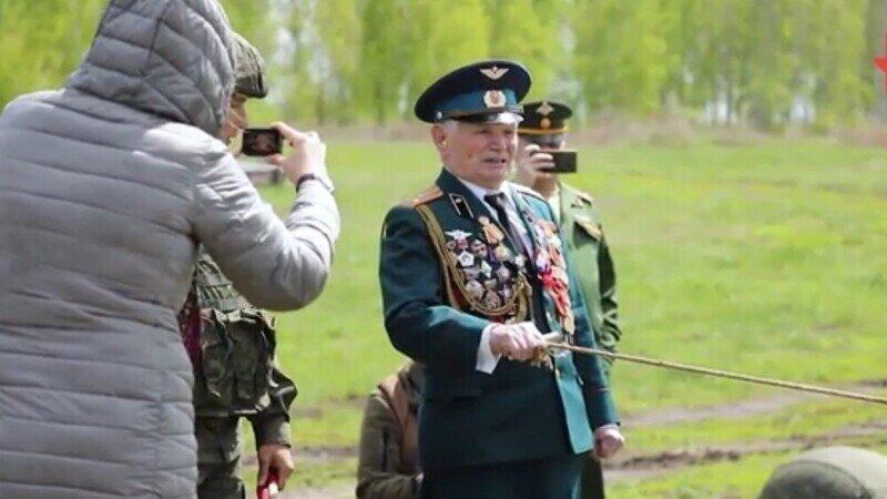 Ветеран ВОВ приехал на полигон и, вспомнив лихую молодость, лично произвёл выстрел: видео