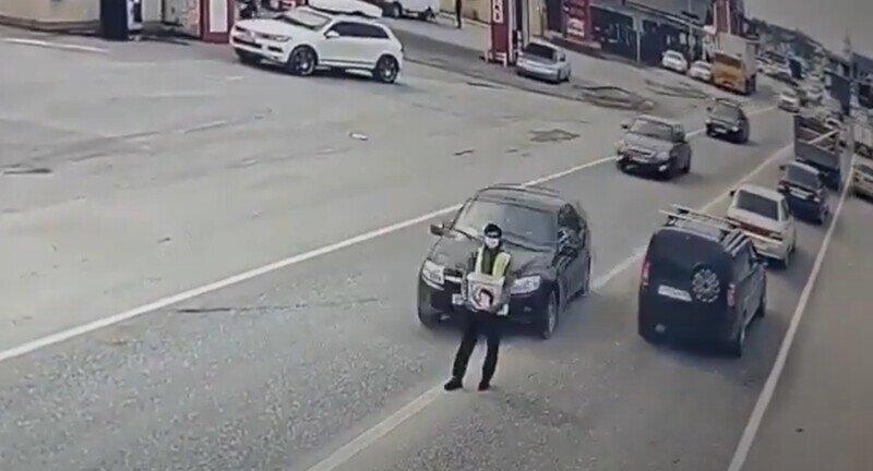 Невнимательный водитель сбил человека, собиравшего деньги на проезжей части