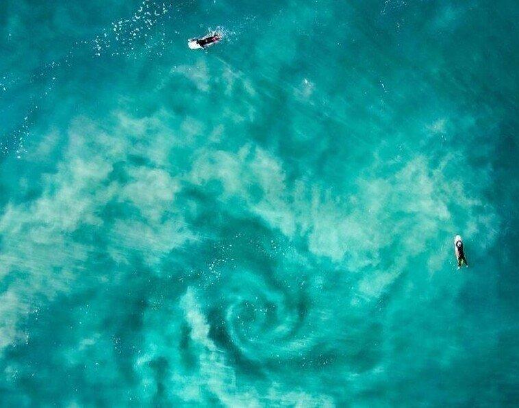 Невероятная фотография показывает, как серфингисты столкнулись с водоворотом