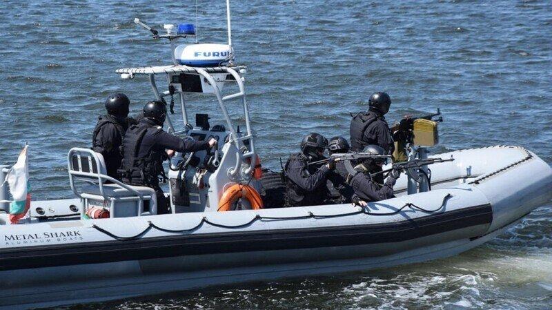 ВМС Болгарии торжественно спустили на воду надувную лодку, рассмешив всю страну
