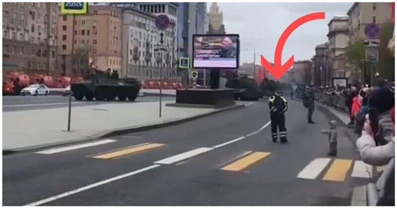 Сотрудник ДПС поднял на руки ребенка, чтобы тот мог получше рассмотреть военную технику