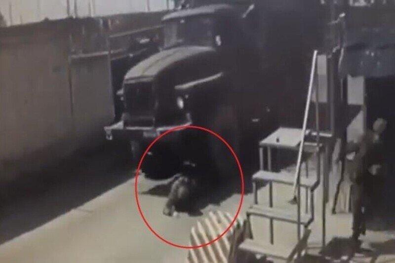 В подмосковной воинской части водитель грузовика не заметил военнослужащего и задавил его