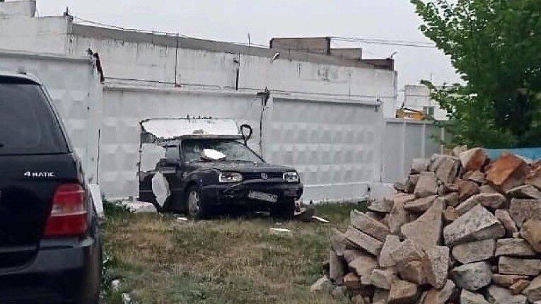 Немецкое качество: старенький «Гольф» пробил бетонный забор