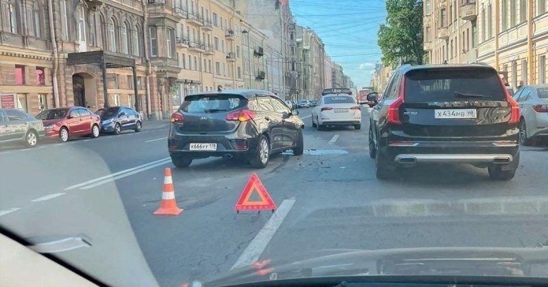 Водитель KIA отправил BMW в припаркованные машины