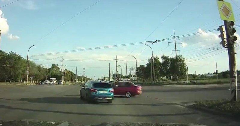 Неудачная попытка «гонщика» проскочить на красный
