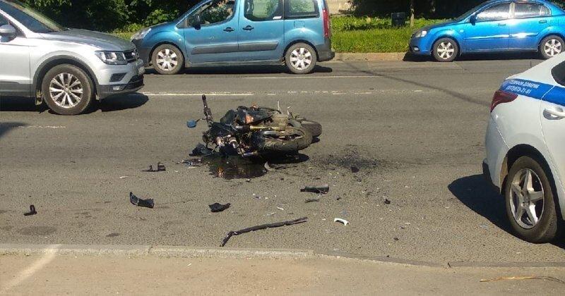 Женщина-полицейская не заметила мотоциклиста при повороте налево