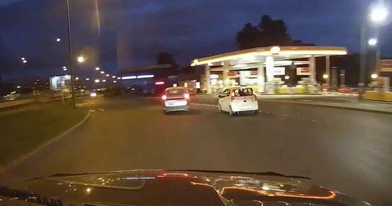 Водитель «Ларгус» опрокинул на бок малолитражку в Санкт-Петербурге