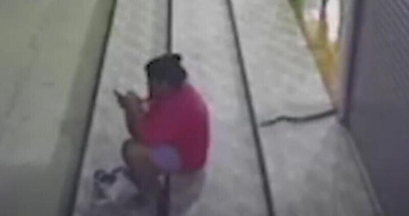 Залипающая в телефон женщина не заметила подкравшуюся змею