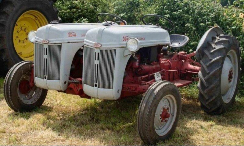 Нет, в глазах не двоится: этот трактор реально такой