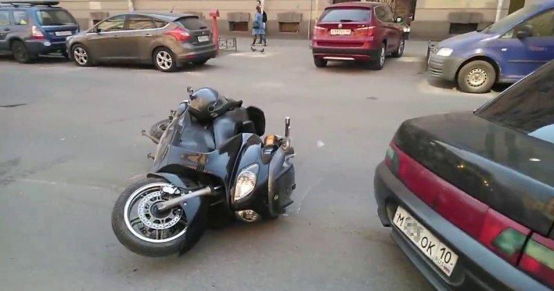 «Причиной падения является вытекшее масло», — ДТП заниженного ВАЗа со скутером