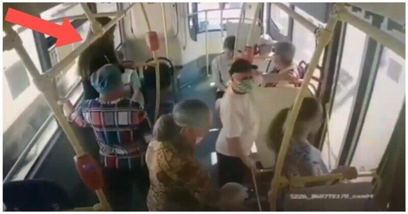 Никто из пассажиров автобуса не помог потерявшей сознание девушке